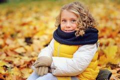 滑稽的秋天画象愉快小孩女孩走室外 库存图片