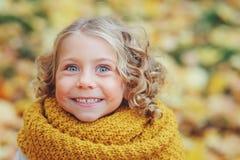 滑稽的秋天画象愉快小孩女孩走室外 免版税库存图片