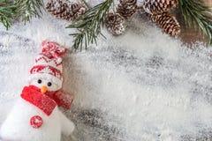 滑稽的红色和白色雪人 免版税库存照片