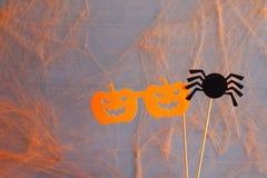 滑稽的纸南瓜玻璃和逗人喜爱的蜘蛛 免版税库存图片