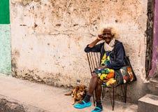 滑稽的老妇人和狗 免版税库存照片