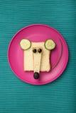 滑稽的老鼠由面包和乳酪制成 库存图片