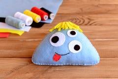 滑稽的蓝色毛毡妖怪 万圣夜手装饰 库存图片