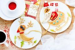 滑稽的薄煎饼圣诞老人和驯鹿在雪橇乘坐 免版税库存照片