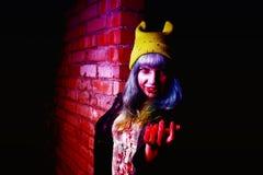 滑稽的蛇神女孩画象万圣夜时间的 免版税库存照片