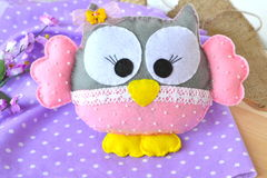 滑稽的软的玩具 儿童` s猫头鹰玩具 毛毡玩具 库存照片