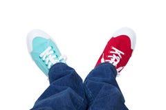 滑稽的运动鞋和牛仔裤 免版税库存照片