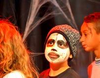 滑稽的逗人喜爱的万圣夜党男孩 图库摄影