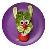 滑稽的野兔由菜做成 免版税库存照片
