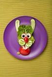 滑稽的野兔由菜做成 免版税库存图片