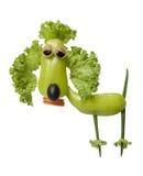 滑稽的长卷毛狗由新鲜蔬菜做成 库存图片