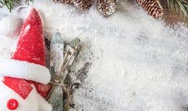 滑稽的雪人暗中进行作为圣诞老人 免版税库存图片