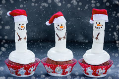 滑稽的雪人杯形蛋糕-圣诞节和新年款待 免版税图库摄影