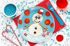滑稽的雪人薄煎饼早餐-圣诞节乐趣食物艺术ide 免版税库存照片