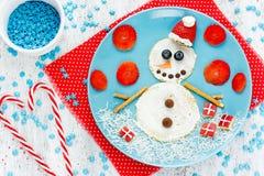 滑稽的雪人薄煎饼早餐-圣诞节和新年乐趣 免版税库存照片