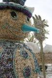 滑稽的雪人,做由被回收的材料 免版税库存图片