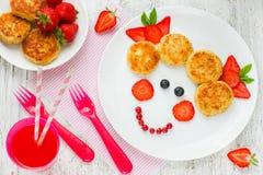 滑稽的食物艺术想法健康女婴早餐-乳酪平底锅 免版税库存图片