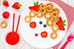 滑稽的食物艺术想法健康女婴早餐-百吉卷机智 免版税库存图片