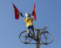 滑稽的骑自行车者吉祥人 免版税库存照片