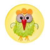 滑稽的鸡由菜做成在板材 免版税图库摄影