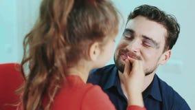 滑稽的系列 生和他的儿童女儿女孩油漆嘴唇和眼睛给她的父亲 关闭上色百合软的查阅水 股票视频