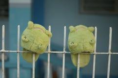 滑稽的绿色妖怪动物拖鞋在阳光下 图库摄影