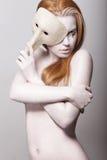 滑稽表演。赤裸被称呼的妇女色白色与威尼斯式面具 免版税图库摄影