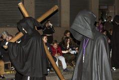 穆尔西亚,西班牙,2019年4月19日:在穆尔西亚街道上的圣周期间沈默夜队伍  免版税库存照片