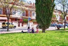 穆尔西亚,西班牙,2019年5月1日:在草的儿童游戏在城市公园 野餐在城市 免版税库存图片