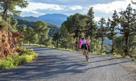 穆尔西亚,西班牙- 2019年4月9日:忍受在他凉快的自行车的赞成路骑自行车者困难的山上升 免版税图库摄影