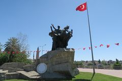 穆斯塔法凯末尔阿塔图尔克雕象在Antalyas Oldtown,土耳其 免版税库存照片