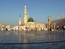 穆斯林为崇拜Nabawi清真寺,麦地那,沙特阿拉伯聚集了 图库摄影