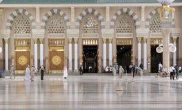 穆斯林为崇拜Nabawi清真寺,麦地那,沙特阿拉伯聚集了 免版税库存图片