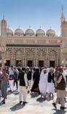 穆斯林为崇拜Nabawi清真寺,麦地那,沙特阿拉伯聚集了 免版税库存照片
