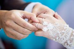 穆斯林修饰佩带圆环新娘 免版税图库摄影