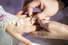 穆斯林修饰佩带圆环新娘 库存照片