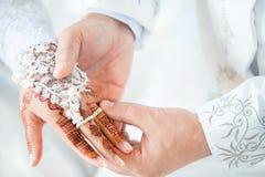 穆斯林修饰佩带圆环新娘 图库摄影