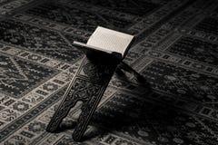 穆斯林古兰经圣经在清真寺 免版税库存图片