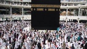 穆斯林在世界的不同的国家的麦加聚集了 股票视频