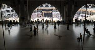 穆斯林在世界` s不同的国家的麦加聚集了 库存图片