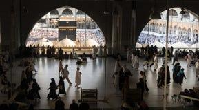 穆斯林在世界` s不同的国家的麦加聚集了 库存照片
