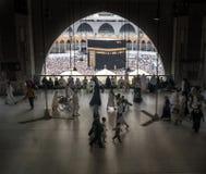 穆斯林在世界` s不同的国家的麦加聚集了 免版税库存图片