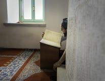 穆斯林在单独清真寺读了古兰经 免版税库存照片