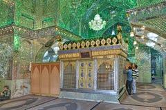 穆斯林在塞义德Alaedin Hossein坟茔前面祈祷 库存图片