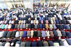 穆斯林在清真寺法提赫祈祷 库存图片