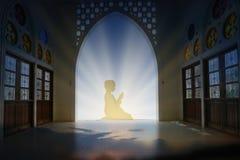 穆斯林年轻人为上帝读书在中间Ea的koran和平祈祷 图库摄影