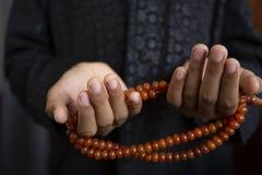 穆斯林年轻人为充满希望的上帝斋月祈祷,并且饶恕,回教是五天祷告的,概念信仰:文化 库存图片