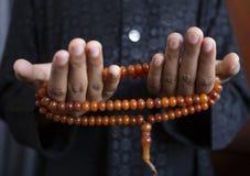 穆斯林年轻人为充满希望的上帝斋月祈祷,并且饶恕,回教是五天祷告的,概念信仰:文化 免版税库存照片