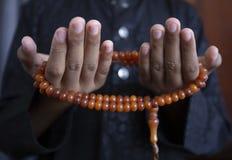 穆斯林年轻人为充满希望的上帝斋月祈祷,并且饶恕,回教是五天祷告的,概念信仰:文化 免版税库存图片