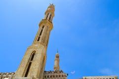 穆斯林汇聚的回教伊斯兰教的清真寺一般祷告的,与高塔的一个礼拜仪式的建筑结构,圆顶 库存照片